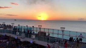 Por do sol do mar das caraíbas do navio de cruzeiros video estoque