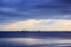 Por do sol do mar em Tailândia Fotografia de Stock