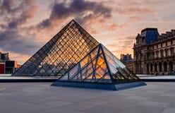 Por do sol do museu do Louvre fotografia de stock royalty free