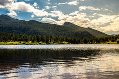 Por do sol do nascer do sol em Colorado Rocky Mountain Lily Lake fotografia de stock