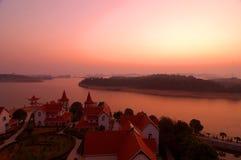 Por do sol do nascer do sol sobre a água calma Imagem de Stock
