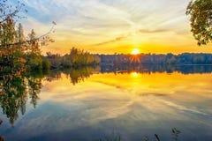 Por do sol do outono no lago foto de stock