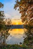 Por do sol do outono no lago fotos de stock royalty free
