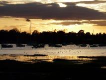 Por do sol do outono sobre Itchenor, porto de Chichester foto de stock royalty free