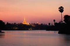 Por do sol do Pagoda de Shwedagon Fotografia de Stock