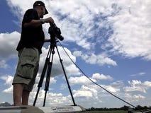 Por do sol do película do homem da câmera sobre o mar fotografia de stock