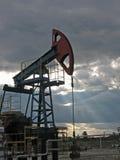 Por do sol do petróleo fotografia de stock