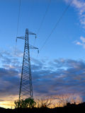 Por do sol do pilão do poder da eletricidade Imagem de Stock