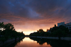 Por do sol do rio da cidade Fotografia de Stock