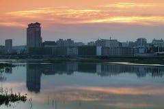 Por do sol do rio da cidade de Yanji Fotos de Stock