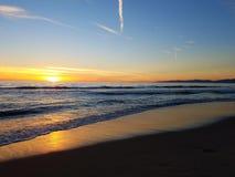 Por do sol do rosa do amarelo alaranjado na praia malibu 4k Foto de Stock