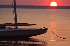 Por do sol do Sailboat Fotos de Stock Royalty Free