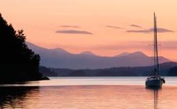 Por do sol do Sailboat Imagens de Stock