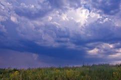 Por do sol do sol do céu das nuvens dos montes das montanhas Foto de Stock