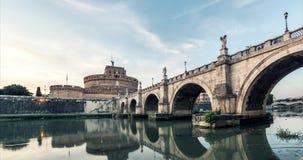 Por do sol do timelapse de Roma Dia ao panorama do castelo e da ponte da arquitetura da cidade da noite filme