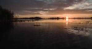 por do sol do verão no lago após a chuva Foto de Stock