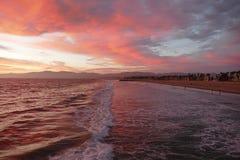 Por do sol do vermelho de Califórnia da praia de Veneza Fotos de Stock Royalty Free