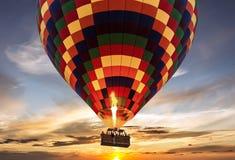 Por do sol do voo do balão de ar quente foto de stock