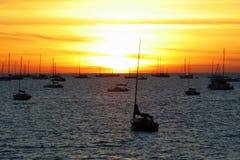 Por do sol dos barcos fotografia de stock royalty free