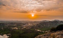 Por do sol dos montes de Anjanadri sobre a vista de Kishkindha mitológico Fotografia de Stock Royalty Free