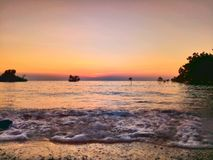 Por do sol dourado acolhedor nas ondas borbulhantes Imagens de Stock