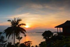 Por do sol dourado Bintan maravilhoso Indonésia imagens de stock