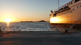 Por do sol dourado bonito no porto de Igoumenitsa Ferryboats no porto marítimo de Igoumenitsa, Grécia filme