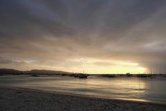 Por do sol dourado bonito sobre a praia e o oceano na ilha de Boracay, filipino fotos de stock royalty free