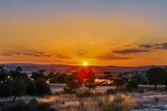 Por do sol dourado com raios no embaçamento e nas nuvens em Ayamonte, Anda Imagens de Stock Royalty Free