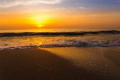Por do sol dourado do nascer do sol sobre as ondas de oceano do mar Imagem de Stock
