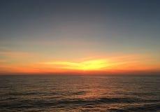 Por do sol dourado dramático fotos de stock