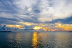 Por do sol dourado dramático com brilho de Sun no mar Imagem de Stock Royalty Free