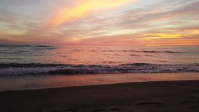 Por do sol dourado impressionante da hora na praia com o céu colorido pastel maravilhoso video estoque