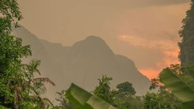 Por do sol dourado na área tropical Timelapse da montanha da pedra calcária Sok de Khao, Tailândia filme