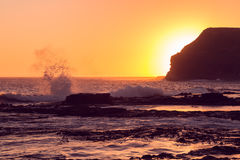Por do sol dourado na baía do objeto antigo Imagem de Stock