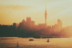 Por do sol dourado na cidade de Auckland, Nova Zelândia imagens de stock