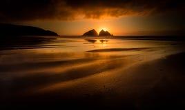 Por do sol dourado na maré baixa, baía de Holywell, Cornualha, Reino Unido imagens de stock royalty free