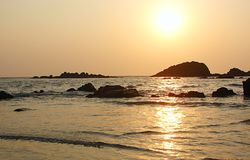 Por do sol dourado na movimentação de Muzhappilangad na praia, Kannur, Kerala, Índia fotografia de stock