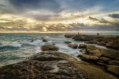 Por do sol dourado na ponta de Bornéu (Tanjung Simpang Mengayau), Sabah Imagem de Stock Royalty Free