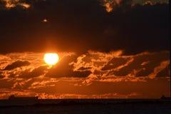 Por do sol dourado na praia Fotografia de Stock