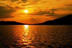 Por do sol dourado no lago Imagens de Stock Royalty Free