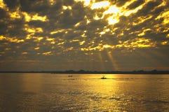 Por do sol dourado no rio fotos de stock royalty free