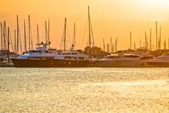 Por do sol dourado no yacht club imagens de stock