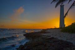 Por do sol dourado Oahu do farol do ponto dos barbeiros Fotos de Stock