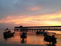 Por do sol dourado pelo mar Imagem de Stock