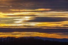 Por do sol dourado sobre a montanha búlgara imagem de stock royalty free