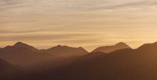 Por do sol dourado sobre montes de Canterbury, Nova Zelândia Fotos de Stock Royalty Free