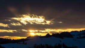 Por do sol dourado sobre o lapso de tempo da natureza do inverno filme