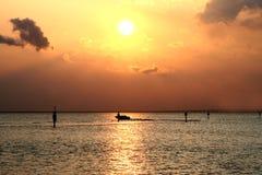 Por do sol dourado sobre o mar Fotos de Stock Royalty Free