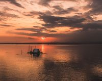 Por do sol dourado sobre o oceano Fotografia de Stock
